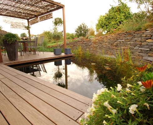 gestaltung gartenteichanlage mit holzterrasse cr mer wollweber garten und landschaftsbau. Black Bedroom Furniture Sets. Home Design Ideas