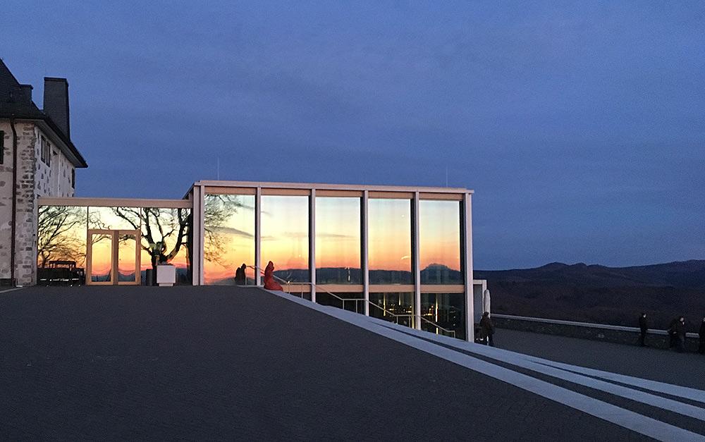Stilpunkte-Blog: Das Drachenfelsplateau mit dem Glaskubus und grandioser Aussicht auf den Rhein