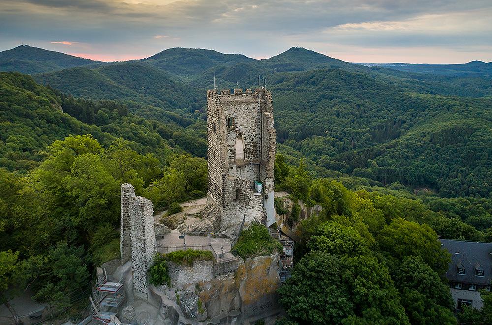 Stilpunkte-Blog: Luftaufnahme von Burg Drachenfels oberhalb von Königswinter. Copyright Tourismus NRW e.V.