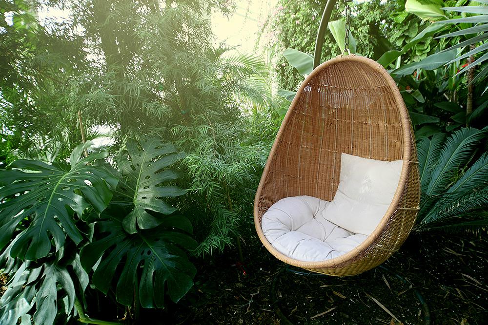 Stilpunkte-Blog: Hängesessel aus Korbgeflecht im Garten