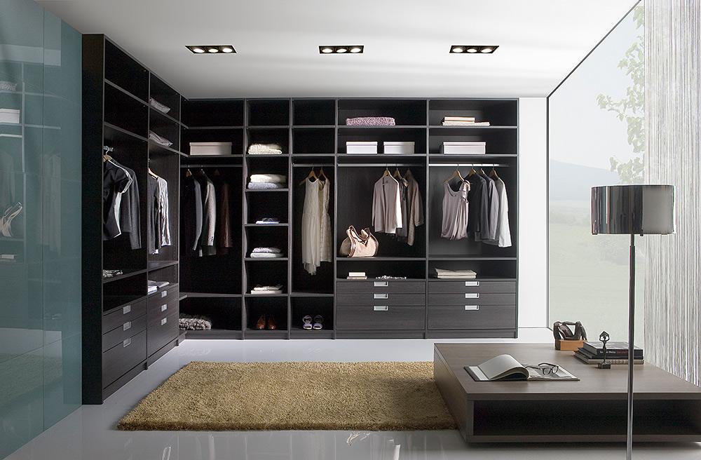 STILPUNKTE-Blog: Begehbarer Kleiderschrank als Eck-Version mit Auszügen, Schubfächern, Ablagen im Wohnraum-Ambiente.
