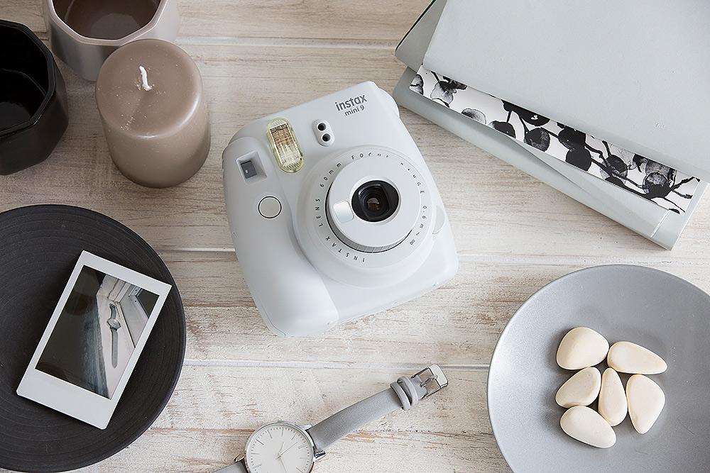 Stilpunkte-Blog: Lifestyle-Objekt Sofortbildkamera, Fujifilm Instax Mini 9 in weiß