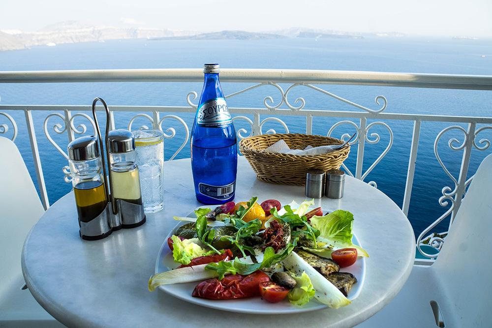 Stilpunkte-Blog: Leckerer Salat im Restaurant auf Santorini mit atemberaubender Aussicht auf die Caldera.