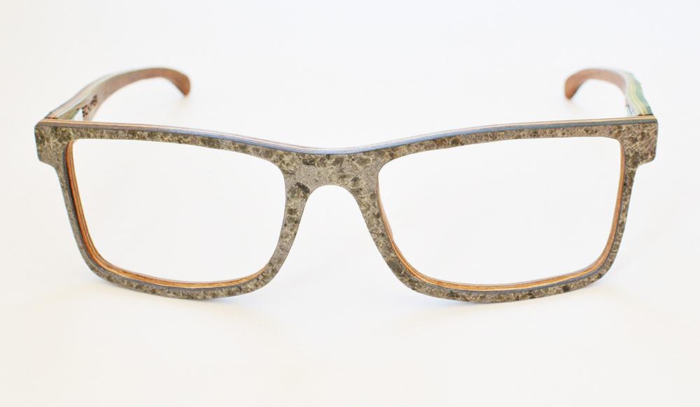 Oben: Nach Schleifen, Lackieren und Polieren: Die fertige Steinbrille.