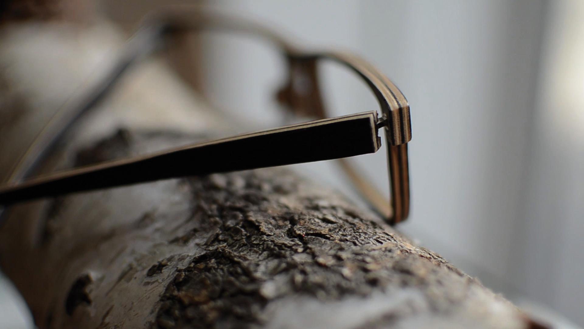 Oben: Nach Schleifen, Lackieren und Polieren: Die fertige Holzbrille.