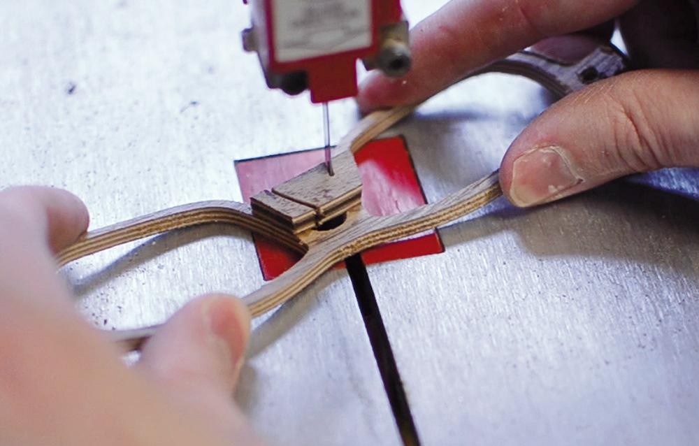 Stilpunkte-Blog: Aussägen einer Holzbrille. Foto: Schümmer Optik