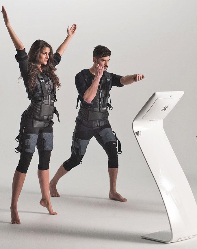 Stilpunkte-Blog: 2 Personen beim effektiven EMS-Training mit Funktionskleidung, Foto: Pro EMS Rinke