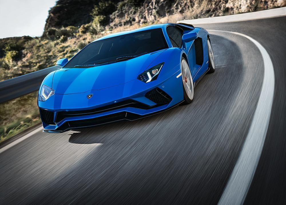 Stilpunkte-Blog: Auf den Rennstrecken zuhause - ein blauer Lamborghini Aventador in Aktion. Foto: Pon Luxury Cars / Lamborghini