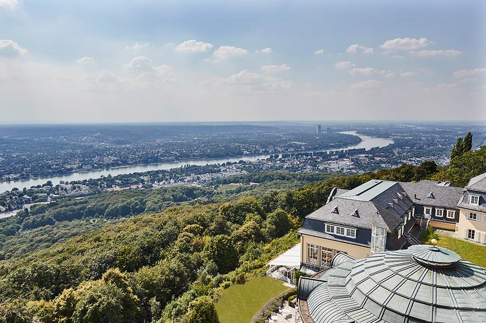 Steigenberger Grandhotel Petersberg mit Blick auf das Rheintal und das Siebengebirge