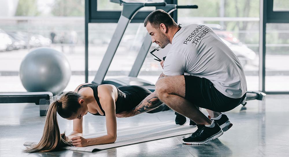 Der Personal Trainer, ein persönlicher Fitness Coach, gibt Ernährungstipps oder einen kompletten Ernährungsplan und verhilft durch effektives Training zu Abnehmen ohne Jojo Effekt.