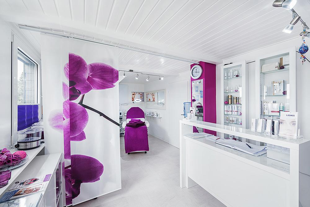 Stilpunkte-Blog: Behandlungsraum im Beauty Skin Cologne in Köln. Kosmetikinstitut, spezialisiert auf Medical Beauty, Anti-Aging, Faltentherapie, Hautprobleme, Bodyforming, Fettreduktion, dauerhafte Haarentfernung, Ultraschall, Radiofrequenz, Aquabrasion, Mikrodermabrasion, Mesoporation, HIFU, Microneedling, Kryolipolyse, Lipolaser, Infrarotlichttraining, Cellulite-Behandlung, Drei-Wellen-Diodenlaser und SHR-Methode.