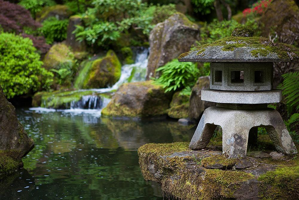 Stilpunkte-Blog: Wabi-Sabi in der Gartengestaltung kultiviert den Verfall mit alltäglichen Gegenständen, die Patina, Bemoosung oder Beschädigungen aufweisen.