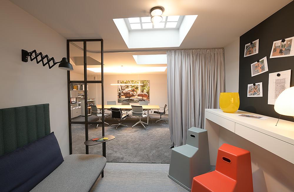 Stilpunkte-Blog: Ausstellungsraum von (smow) in Köln. Das Unternehmen führt Designerleuchten, Leuchten, Beleuchtung, Teppiche, Bodenbeläge, Dekoration, Accessoires, Mobiliar für modernes Wohnen und zeitloses Wohnen und Arbeiten.