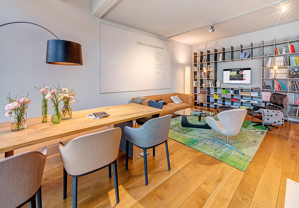 Stilpunkte-Blog: Ausstellungsbereich bei (smow) in Köln. Das Einrichtungshaus führt ein breites Portfolio für Schlafzimmer, Kinderzimmer, Arbeitszimmer, Flur, Stauraum, Balkon, Garten, Büro, Arbeitsplatz, Chefbüro, Konferenzraum, Empfang oder Cafeteria.