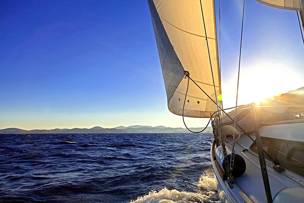 Segelyacht auf hoher See. Segelyacht kaufen oder ein Segelboot mieten?