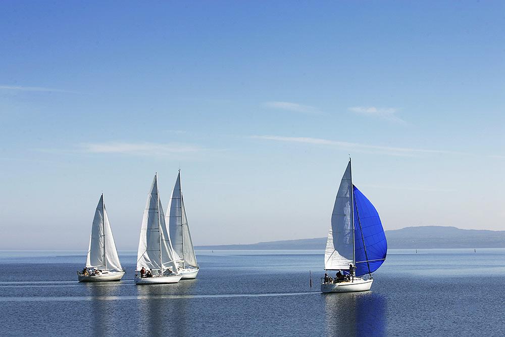 Stilpunkte: Segelboote auf See. Segelyacht kaufen oder ein Segelboot mieten? Welcher Sportbootführerschein?