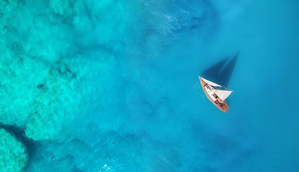 Stilpunkte: Segelschiff Luftaufnahme. Segelboot kaufen oder mieten? Welche Lizenz brauche ich?