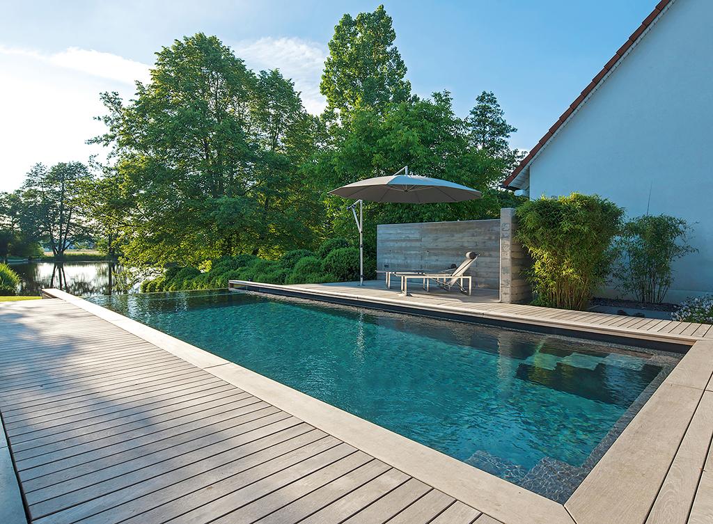 Stilpunkte-Blog: Infinity-Pool mit Teakholz-Einfassung, Foto: Jensen Landschaftsarchitekten