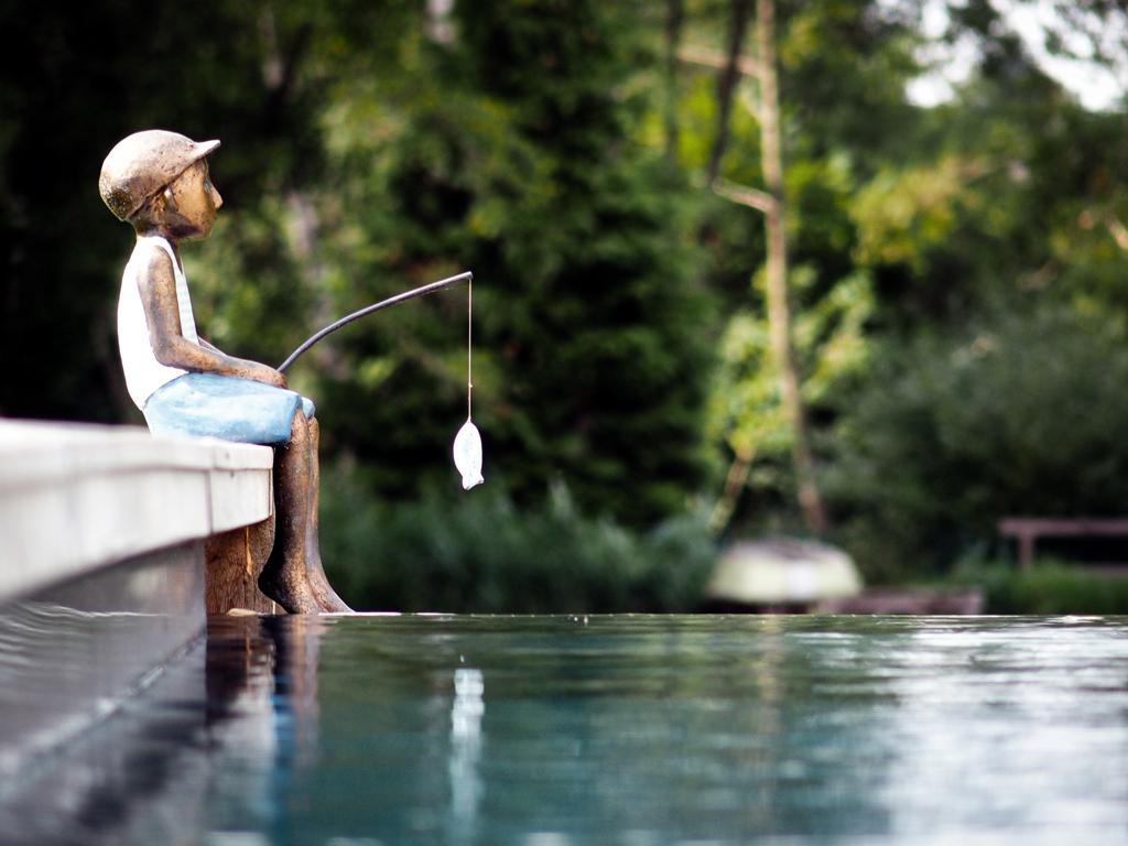 Stilpunkte-Blog: Skulptur angelnder Junge am Beckenrand, Foto: Jensen Landschaftsarchitekten